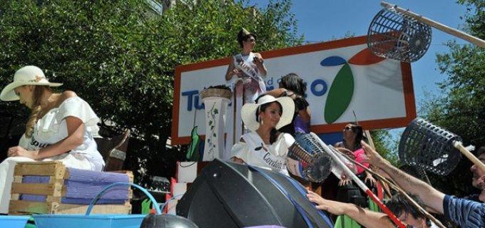 La fiesta y el color de los carruseles que desfilaron hoy en Mendoza anticipan la gran fiesta vendimial de este domingo