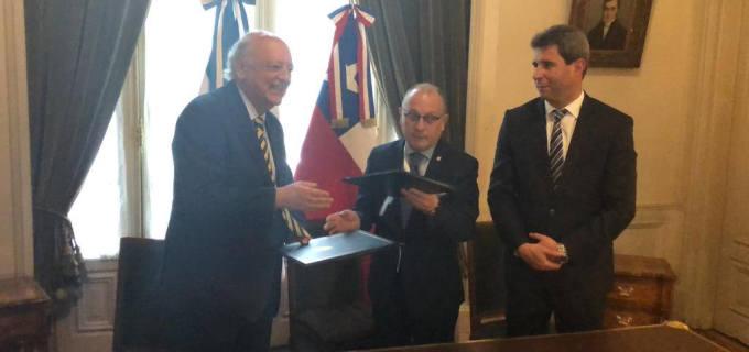 Uñac participó en la firma de convenio entre Argentina y Chile para el retiro de la Escombrera Cerro Amarillo