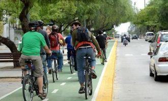 ¿Para qué sirve usar caso en la bicicleta? La Asociación de Ciclistas Urbanos de Mendoza está juntando firmas para derogar Ley de Seguridad Vial por falta de consenso social