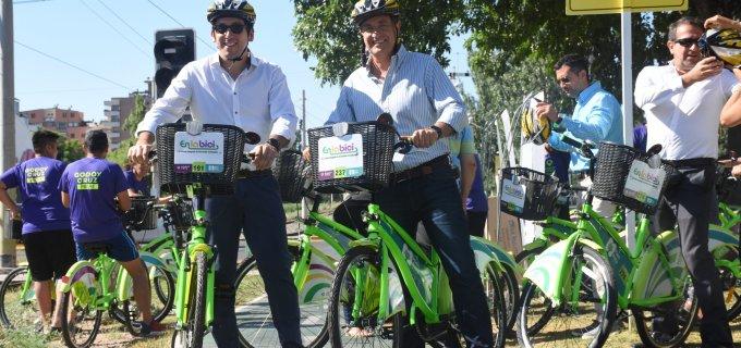 """Mendoza Ciudad y Godoy Cruz trabajan juntos con un fin sustentable: Presentaron 140 bicicletas nuevas del programa """"En la Bici"""" y 4 unidades de autos eléctricos"""