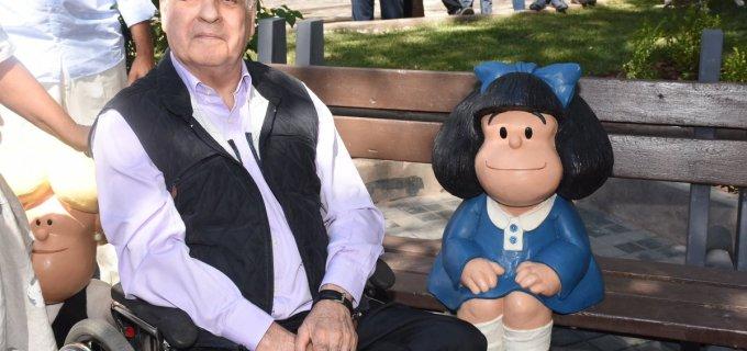 """El genial Quino recibió un cálido """"mimo"""" en su tierra natal, Mendoza: Inauguraron un rinconcito de la ciudad con esculturas de sus entrañables personajes Mafalda, Susanita y Manolito"""