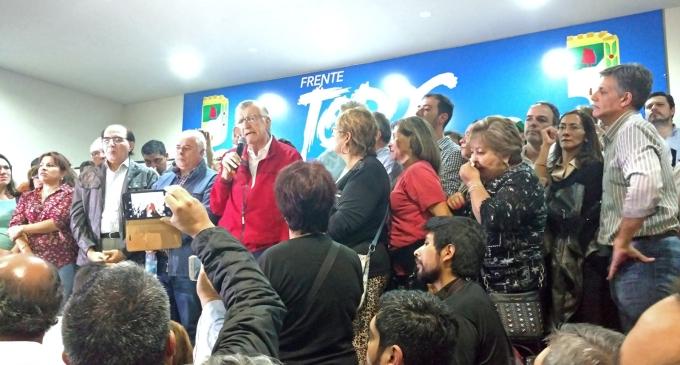 """Gioja fue recibido por una multitud en la sede del PJ de San Juan: """"La gente está con bronca, con desazón, con angustia, porque ve que su sueldo pierde capacidad de compra. Esto Macri y sus ministros no lo ven"""""""