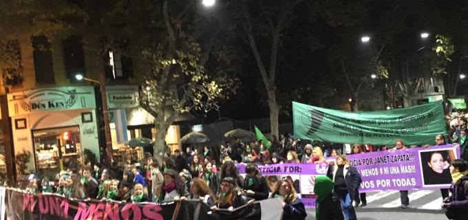 """Unas 3 mil personas en la imponente marcha #NiUnaMenos en Mendoza: """"Sin aborto legal no hay ni una menos"""" afirmó Sole Sosa"""