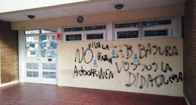 """La intolerante locura de una minoría denominada """"pro vida"""": Pintadas y carteles con fetos abortados en una escuela pública de San Rafael"""