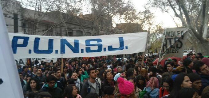 Jornada histórica en San Juan en defensa de la educación pública y laica: Una masa movilizada de gente cubrió más 7 cuadras pidiendo basta de ajuste y ahora retiran imágenes de la virgen en las facultades