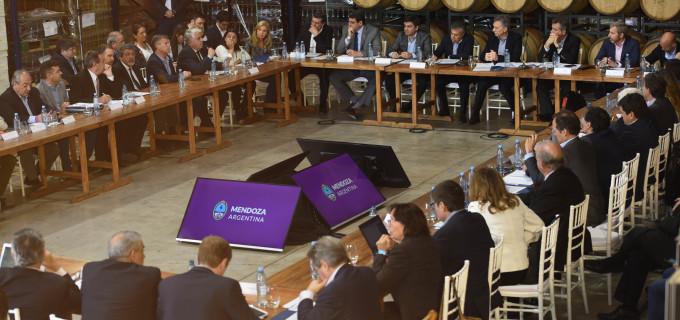 """Macri se reunió con representantes del sector vitivinícola mendocino y sanjuanino: """"Necesitamos empresarios con coraje, es importante recuperarnos para abrir nuevos mercados"""" afirmó el presidente"""